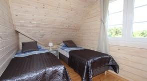 Sypialnia z dwoma pojedynczymi łóżkami - piętro