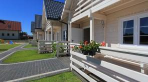 Taras przed domkiem z meblami ogrodowymi